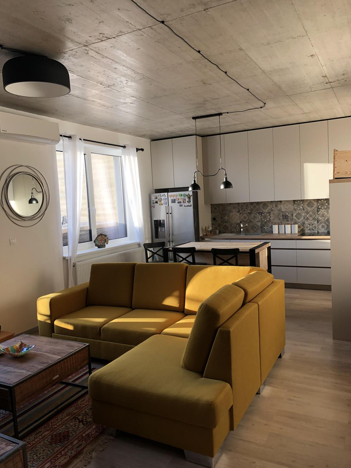 Náš bytík na streche - obývačka s kuchyňou