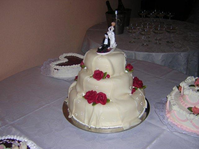 Katka{{_AND_}}Vladko - no a nasa svadobna torta z danely. original je v pripravnom albume. chutovo vraj vynikajuca (neviem, nechutnala som ani jediny zakusok zo svadby)