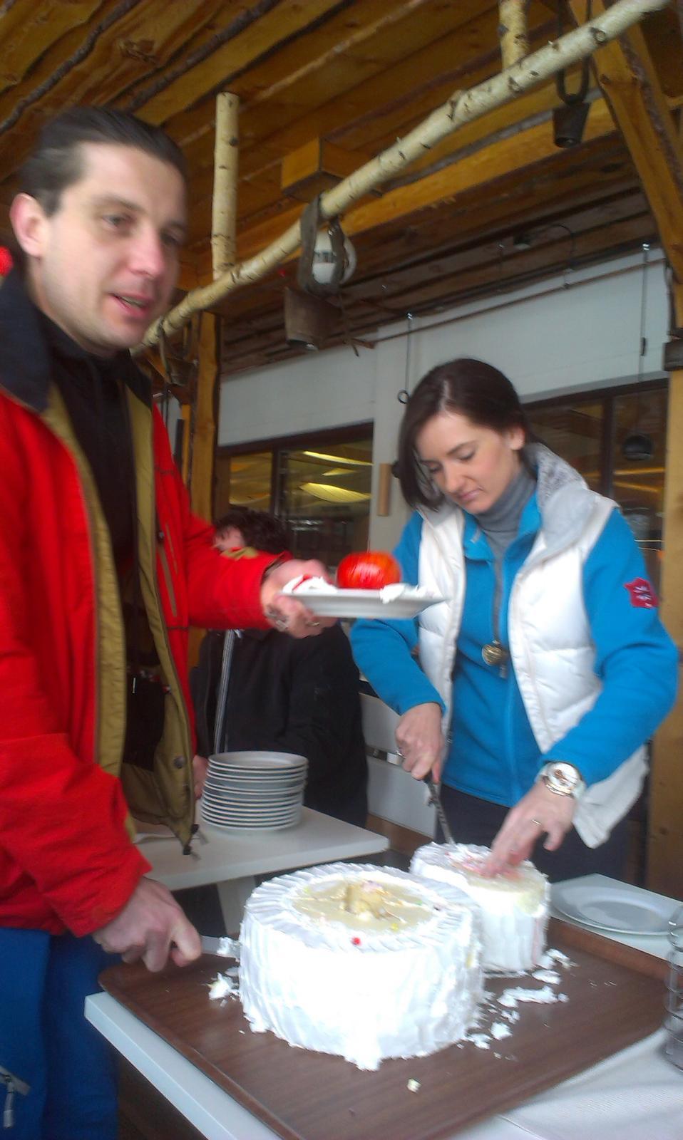 Dara{{_AND_}}Petko - Nase krajanie svadobnej torty na druhy den :) upne sme na nu zabudli :)