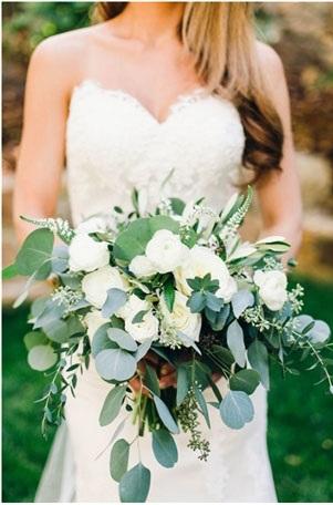 """Svadobné inšpirácie - Chcela by som mať kyticu na takýto """"strapatý"""" štýl :) A áno, aj biele ruže aj eukalyptus :) Verím, že v kvetinárstve niečo krásne vykúzlia"""
