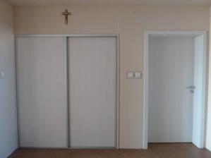 za dverami naľavo schody na poschodie a do pivnice