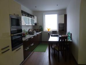 kuchyňa na kompletku aj so stolom a stoličkami ..
