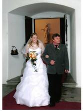 tatínek mě vede k oltáři :-))