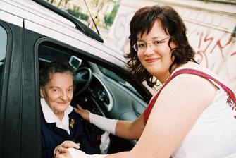 Moje milovaná babička, 84 let, musela být na vozíku protože jí to moc neťape, ale byla šťastná, protože Honzu má moc ráda. A dodnes na naši svatbu vzpomíná, jak byla krásná...