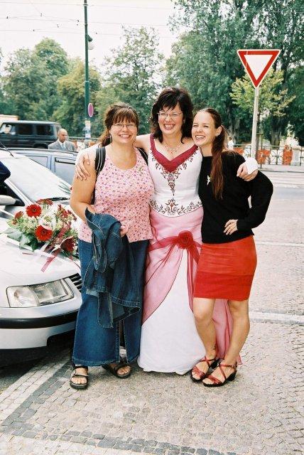 """Veronika Veselá{{_AND_}}Honza Matoušek - Alenu - ode mne vlevo - znám 19 let, Lenku - vpravo :-) 9 let... Říkávaly jsme si """"Trio střevo: Já byla slepý střevo, Lenka tenký a Alena... ;-)"""