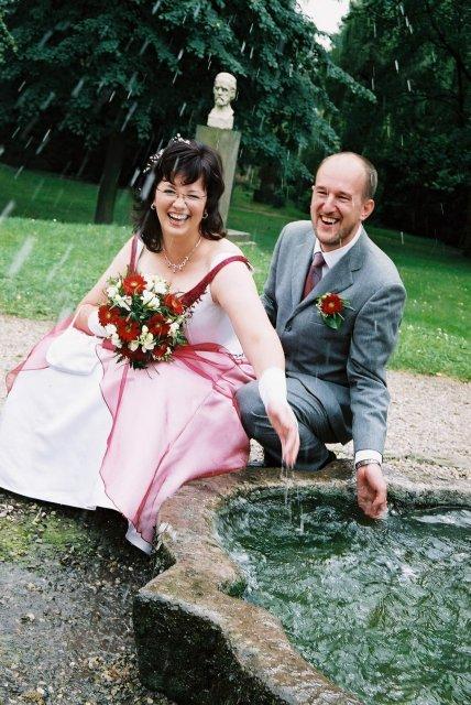 """""""Ruku do fontánky a cákejte,"""" byla instrukce od fotografky... to ale netušila že to vezmem zgruntu a ona bude mokrá :-)))"""
