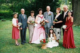 Honza s rodiči, já s maminkou a strejdou, který zastoupil tátu, a družičky... Ale vím že táta se díval aspoň shora :-)