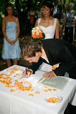 Podepsal to David  anaštěstí i svědkové s oddávajícím a paní matrikářkou:-)