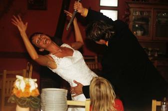 A taky mě vraždil hned při krájení svatebního dortu:-)