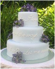 nádherný dort, jen by mohl být pastelový (zelenkavý, trochu růžové...)