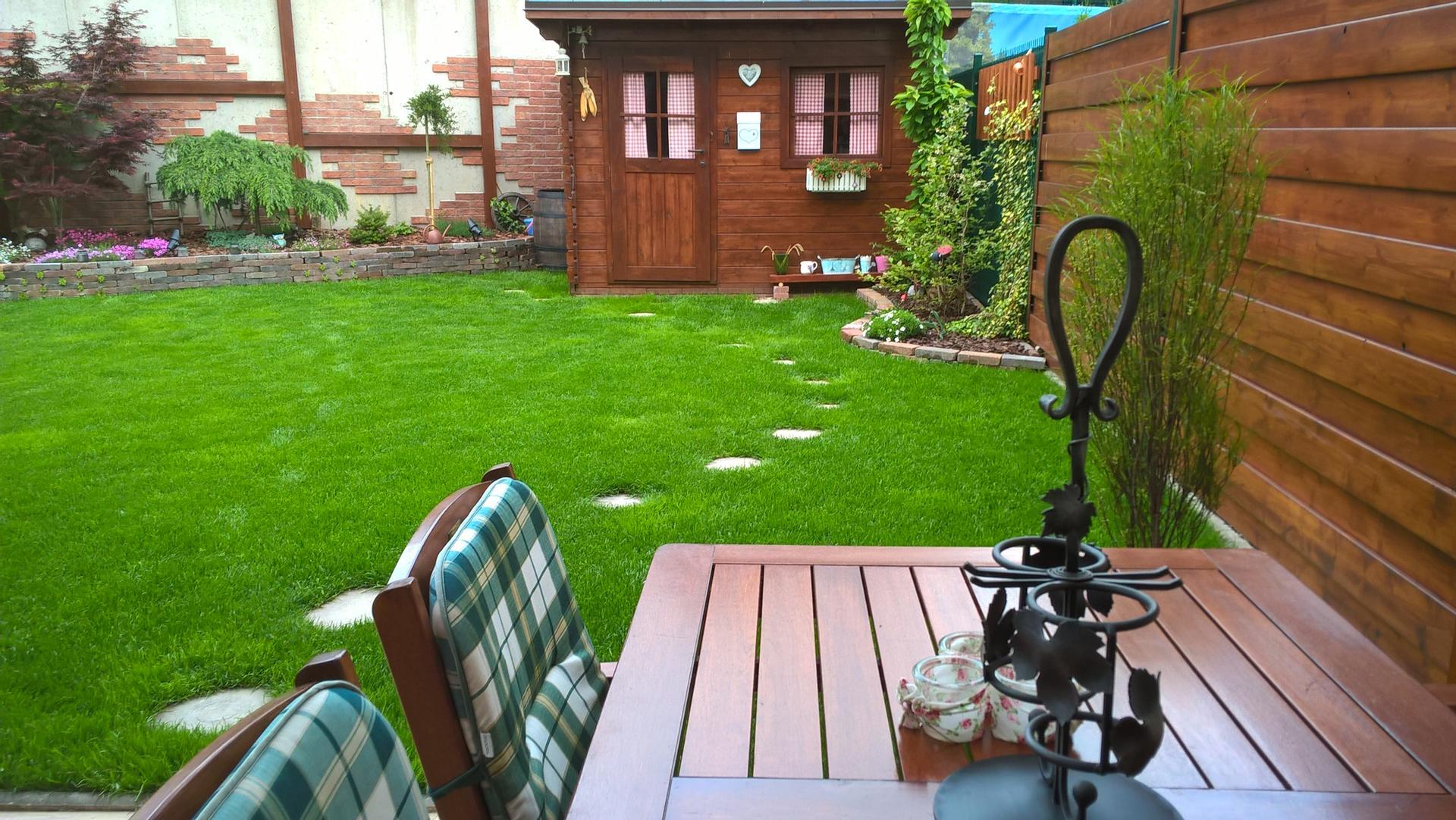 Malá záhradka - pohľad na záhradný domček