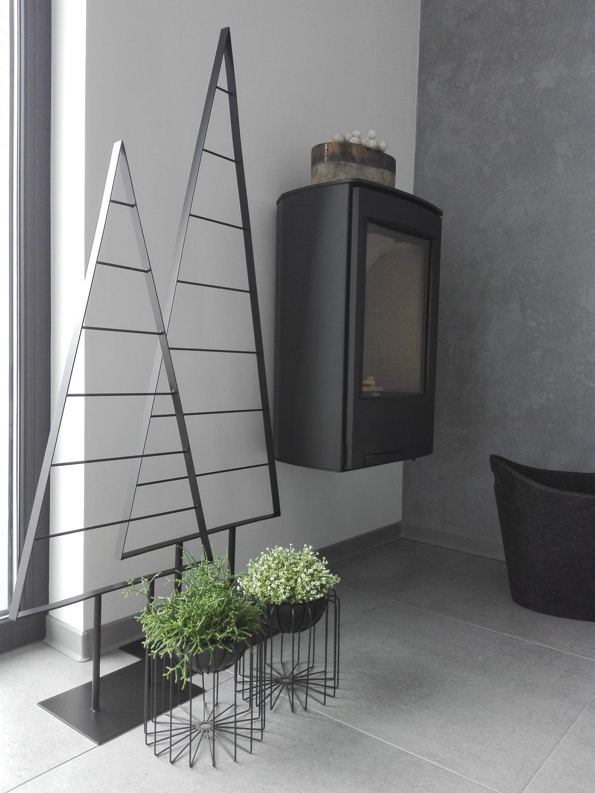 2x designovy kvetinac cerny kov, plastovy kvetinac - Obrázek č. 1