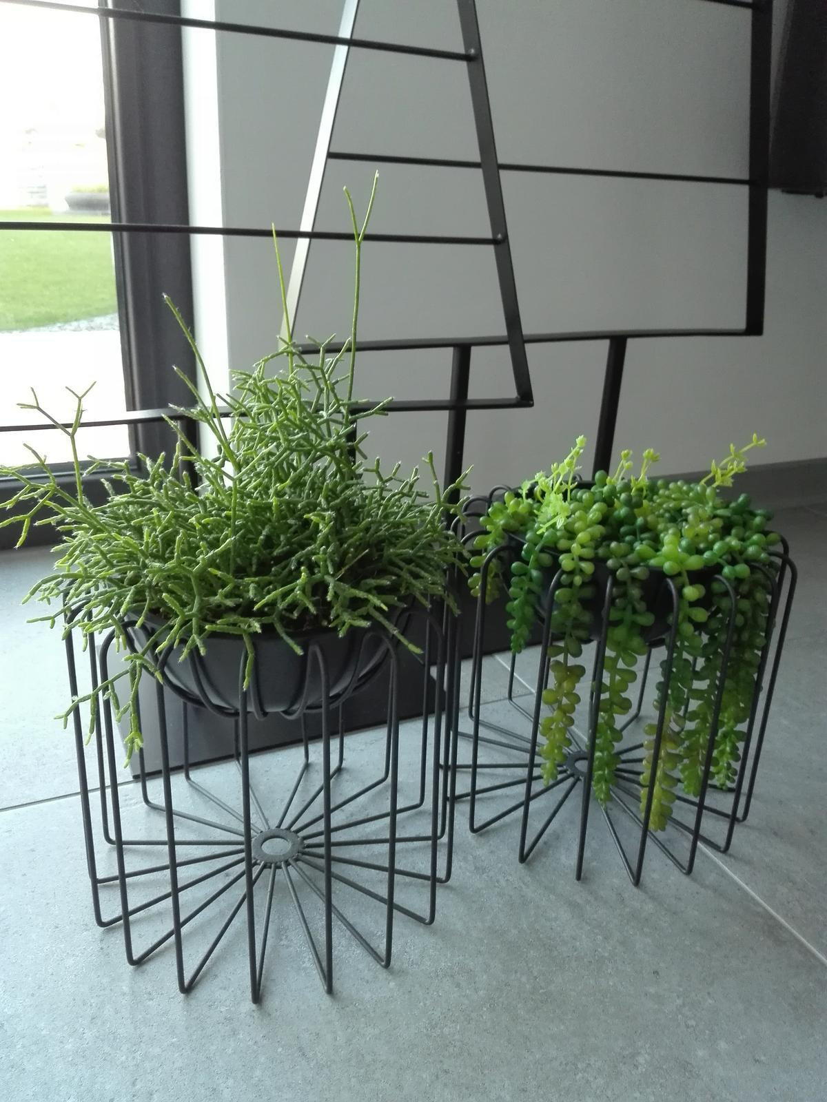 2x designovy kvetinac cerny kov, plastovy kvetinac - Obrázek č. 3