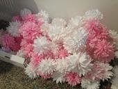 100ks bílých a růžových pompomů a ozdoby z rozetek,
