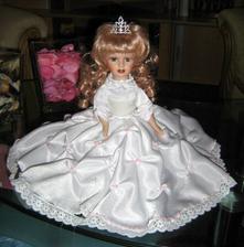Dokončuji malé nevěstě šatečky