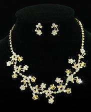 A k ní náhrdelník