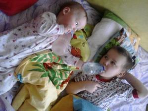 Kluci Matyáš 11měcícu a Tadeáš 3roky a 9 měsícu tak mu mladší brácha pěkně drží láhev :-))) nemělo by to být opačně ???