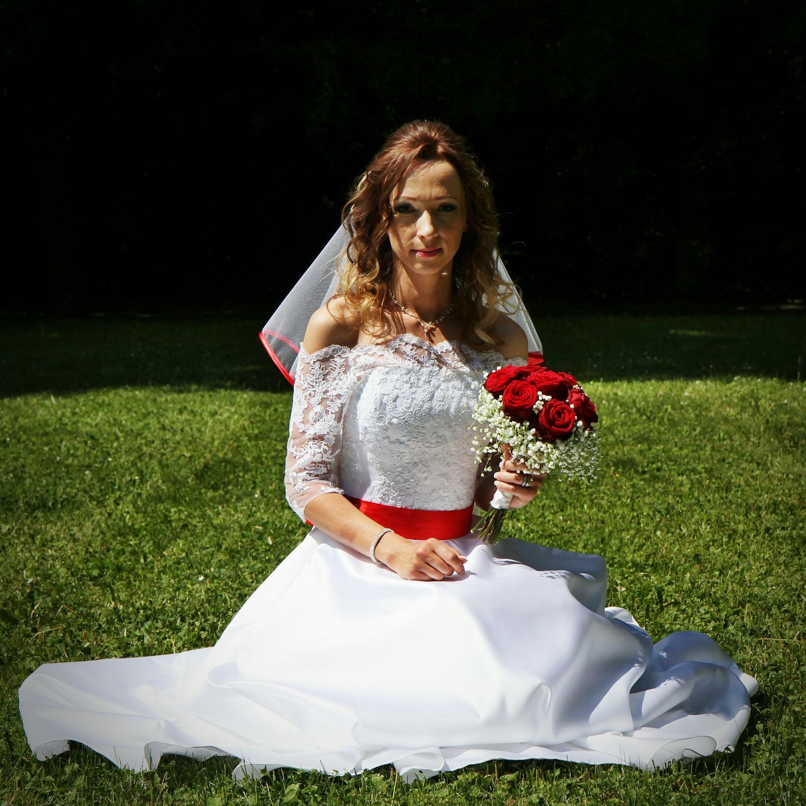 Svatební šaty ručně šité - Obrázek č. 1