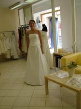 Tak to jsem já a moje šatičky.Byla jsem v jediném svat.salonu a zkusila jediné šaty.A takhle to dopadlo.
