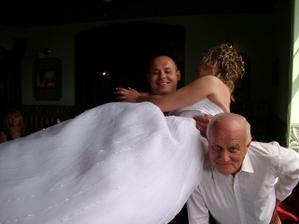 děda pomáhá ženichovi...že by to potřeboval?:oD