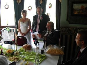 tatínek ženicha měl v den svatby narozeniny, tak jsme mu přichystali malé překvapení