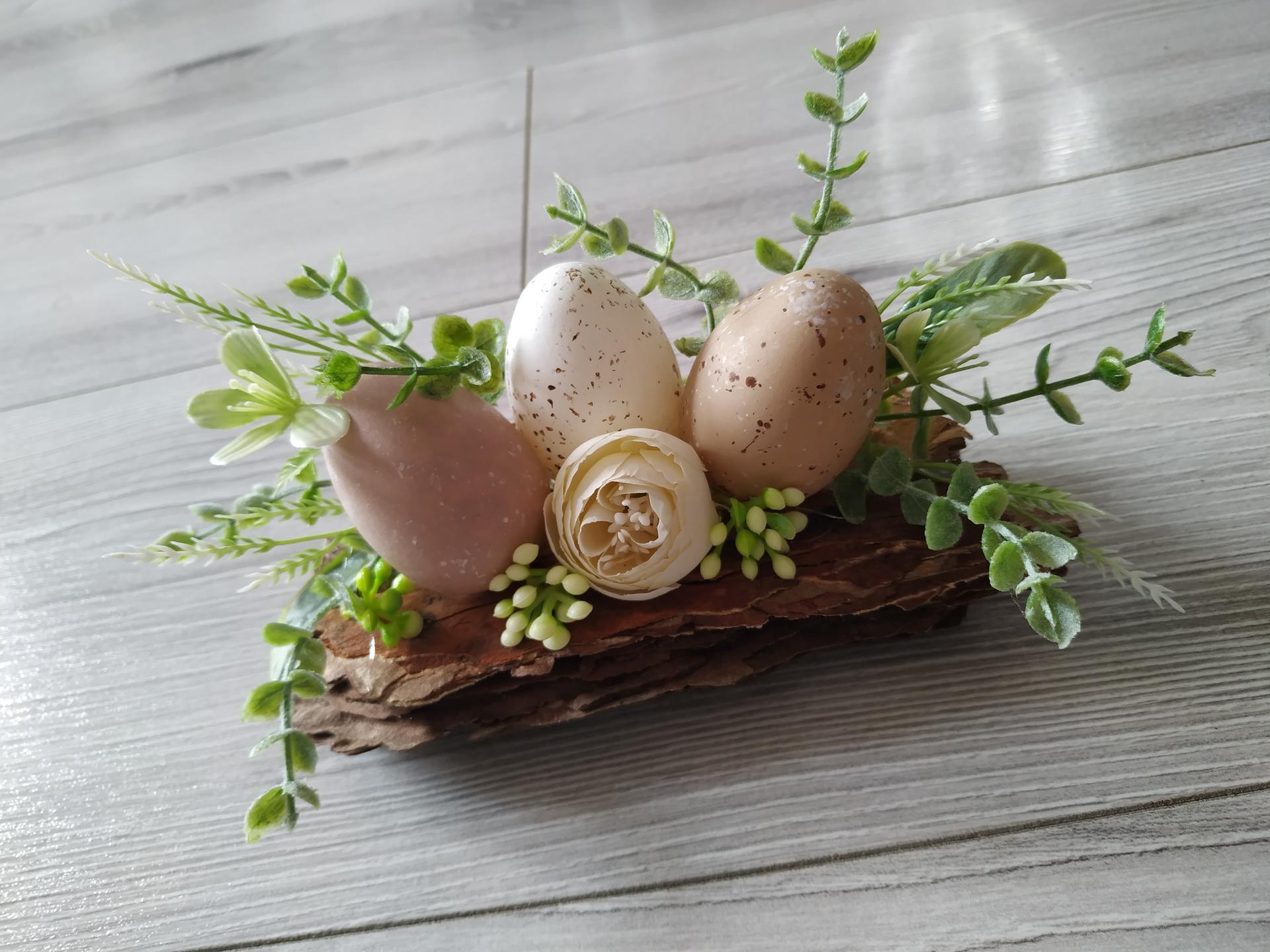 Jemná jarná výzdoba :) - Následne som do stredu nalepila kvietok s malými bobuľkami. Pokiaľ si usporiadate vajíčka inak, napr. môžete jedno vajíčko nechať ležať a ostatné dať za neho a tým pádom nemusíte dávať kvietok. Všetko závisí od Vašej fantázie. :)