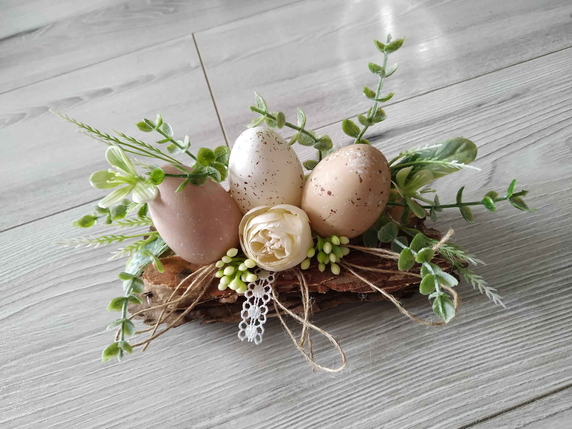 Jemná jarná výzdoba :) - A ešte pár nitiek, jemná čipka... Ja som použila nitky z vajíčok. Vajíčka boli pôvodne určené na zavesenie, ale ich osud sa zmenil. :)