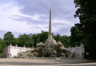 pri tejto fontáne v Sissinom parku...