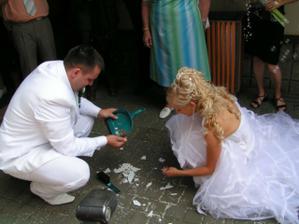 manžel mi vyměnil vodu za slivovici, tak já jemu lopatku za smeták!