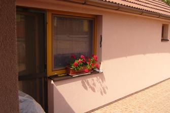 predtým vchodn na terasu cez balkonové dvere....
