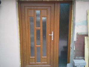 ...teraz naše hlavné vchodové dvere