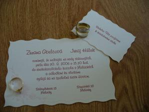 Naše oznámenie s pozvánkou k svadobnému stolu, zásnúbny prstienok a naše obrúčky.