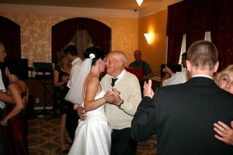 Tanec so starečkom. Najstarší hosť na svadbe. Tancoval až do rána.