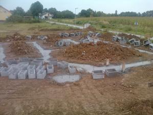 3.den stavby - ukládání zemnícího pásku, vylití základových spár