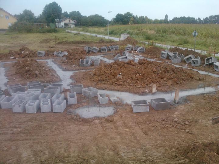 Naše dřevostavba - malá, ale milá :) - 3.den stavby - ukládání zemnícího pásku, vylití základových spár