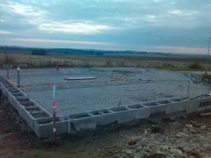 8.- 9. den stavby - hotové ležaté odpady, zhutněno a připraveno na první zalití betonem