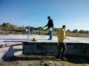 7.10.2010 jsme předali hotovou desku stavební firmě na dům- ta ji důkladně přeměřila a za měsíc začínáme montovat !!