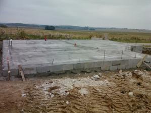 10. den stavby - vylita první vrstva betonu