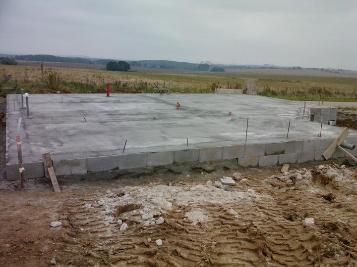 Naše dřevostavba - malá, ale milá :) - 10. den stavby - vylita první vrstva betonu