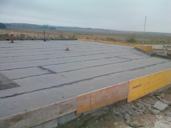 Naše dřevostavba - malá, ale milá :) - 11. den stavby - penetrace 12. den stavby - hydroizolace + radonová izolace