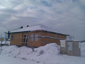 5.-6. den se pokládala fólie a dělalo laťování (aneb přišel první sníh :()
