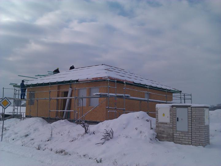 Naše dřevostavba - malá, ale milá :) - 5.-6. den se pokládala fólie a dělalo laťování (aneb přišel první sníh :()