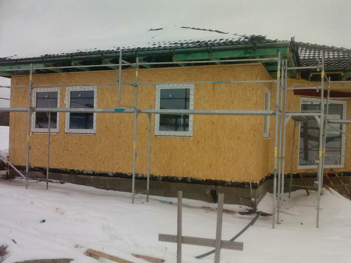 Naše dřevostavba - malá, ale milá :) - střecha hotová a už máme i okna :)