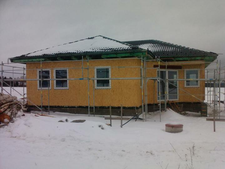 Naše dřevostavba - malá, ale milá :) - s terasovými dveřmi se ale netrefili s výškou budoucí čisté podlahy, takže se vyrábí nový :(