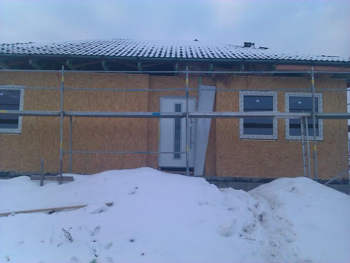Naše dřevostavba - malá, ale milá :) - .. a včera se namontovali dveře.. to znamená, že už máme klíčky od nového bydlení! :)