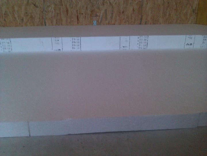 Naše dřevostavba - malá, ale milá :) - EPS 100 Z, tl. 15 cm ve dvou vrstvách ( 5 + 10 cm), aneb plní optimismu začínám první pokoj! :))