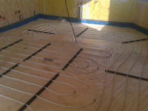 podlahové vytápění v kuchyni - vynecháno kolem linky a ostrůvku