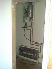 napojený kotel a rozvaděč podlahového vytápění