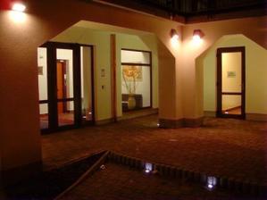Vstup do hotelu....novomanželské apartmá nás tu čeká... :o)