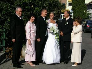rodinná fotka pred kostolom
